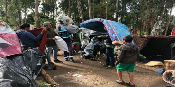 Trasladan entre protestas a casi 300 venezolanos acampados en Bogotá
