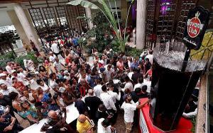Preparación del trago de Cuba Libre