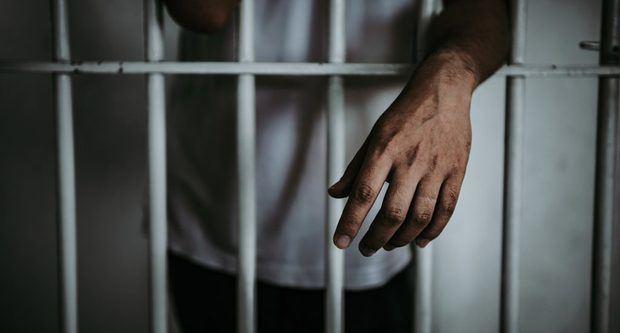 Reo acusado de matar a tres personas es trasladado tras recibir amenazas.