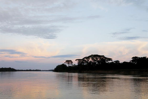 Vista del río Guayabero antes de su confluencia con el Río Ariari, en San José del Guaviare, Colombia.