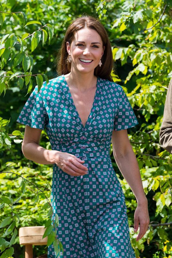 La duquesa de Cambrigde con un vestido de línea 'wrap'.