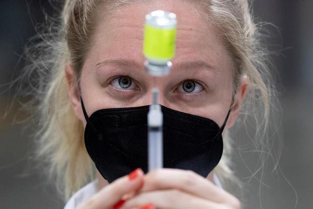 Un profesional médico prepara una jeringa con una dosis de la vacuna Moderna COVID-19 en un evento de vacunación masivo organizado por Unity Health Care, en el Centro de Convenciones Walter E. Washington en Washington, DC, Estados Unidos.