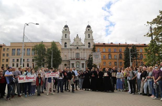 Varias personas se concentran este miércoles frente a la iglesia católica de Minsk (Catedral de la Santa Virgen María de Minsk).