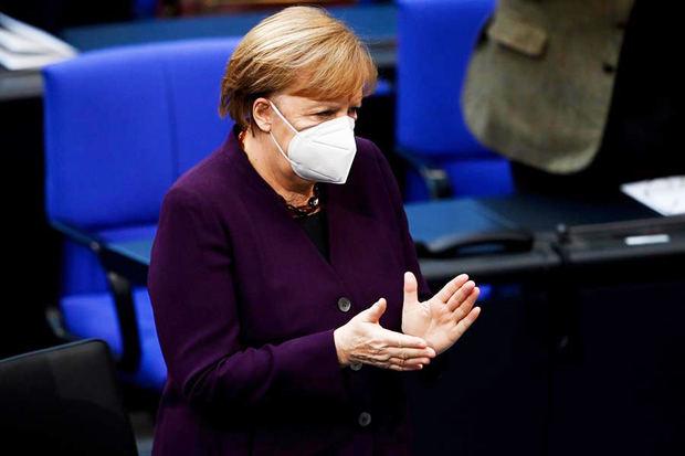 Merkel toma las riendas de la vacunación, frente a los frustrantes retrasos