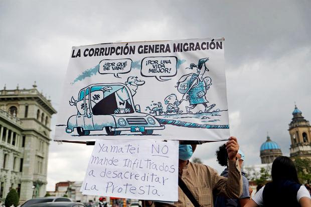 Decenas de guatemaltecos se manifiestan contra el gobierno de Alejandro Giammattei, presidente de Guatemala, un día antes de que se realice la visita de dos días de la vicepresidenta de EE.UU., Kamala Harris, al país centroamericano.