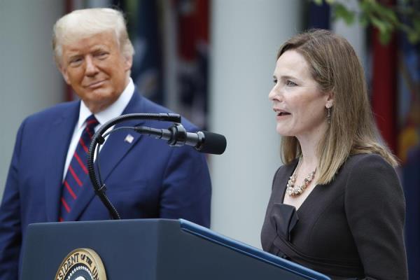 La jueza Amy Coney Barrett (d) habla después de haber sido presentada por el presidente de EE.UU., Donald Trump, como su nominada para el Tribunal Supremo, en una ceremonia en la Casa Blanca en Washington (EE.UU.), hoy 26 de septiembre de 2020.