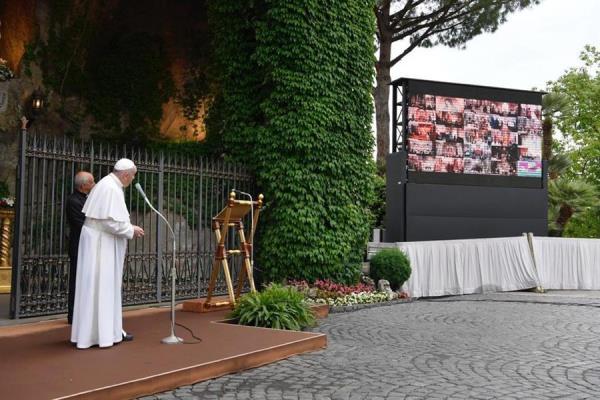 El papa Francisco durante el rezo del Santo Rosario, este sábado en la gruta de Lourdes representada en los Jardines Vaticanos y en conexión por Internet con unos 50 santuarios marianos de todo el mundo.