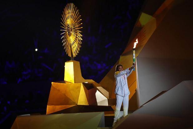 Cecilia Tait sostiene la antorcha antes de encender el pebetero de los Juegos Panamericanos Lima 2019.