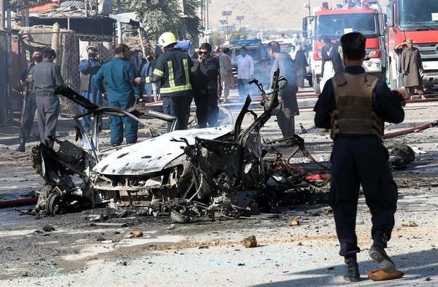 Estado en el que quedó un coche bomba tras un atentado en Kabul (Afganistán), el 27 de octubre de 2020, en el que murieron al menos tres civiles y otros 13 resultaron heridos en un barrio de la perseguida minoría chií hazara en Kabul.