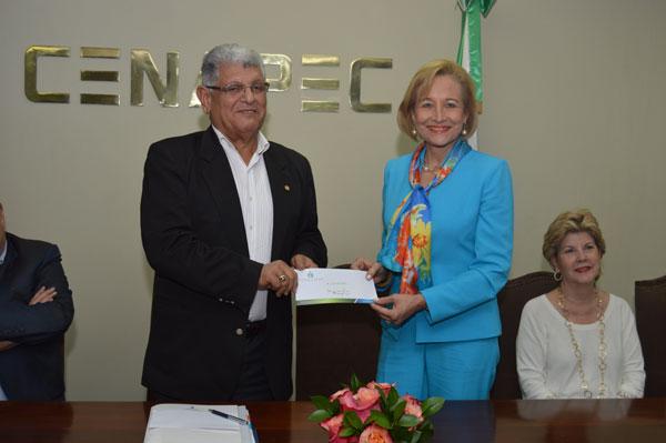 CENAPEC recibe RD$1 millón de Fundación Farach para ofrecer becas