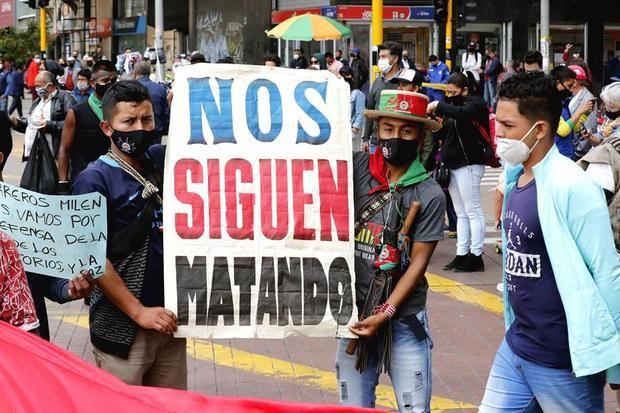 Fotografía que muestra indígenas del Cauca mientras marchan hacia la Plaza de Bolívar el 19 de octubre de 2020 en Bogotá, Colombia.