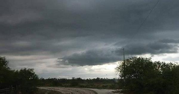 Medio nublado con algunos chubascos locales, temperaturas calurosas
