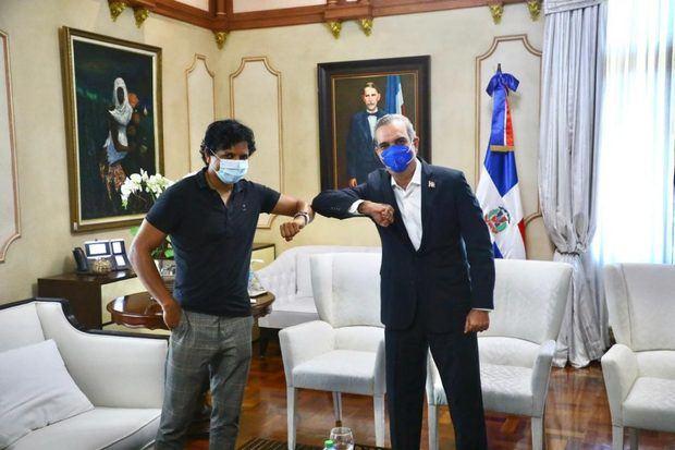Abinader recibe al director Shyamalan y a productores de la cinta 'Geechee'.