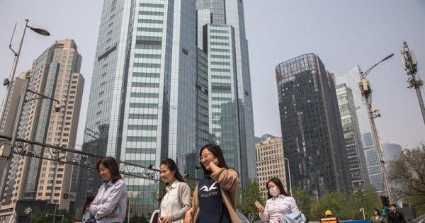 Peatones pasean por las calles del distrito financiero en Pekín, China.
