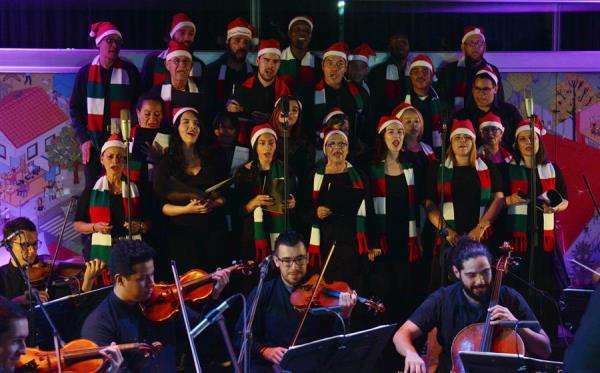 Víctimas del conflicto armado, exparamilitares y exguerrilleros se presentan este martes en el Parque Explora de Medellín (Colombia), donde cantaron un repertorio de música de Navidad por la reconciliación al ritmo de la Orquesta Filarmónica de esa ciudad.