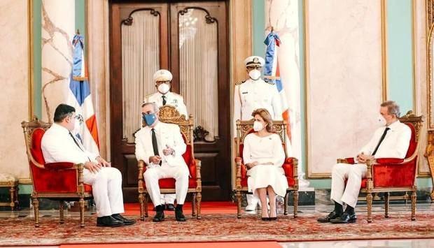 En compañía del Canciller Roberto Álvarez, y la vicepresidenta, Raquel Peña, el mandatario recibió la acreditación diplomática de los embajadores de las repúblicas de Panamá y Turquía.