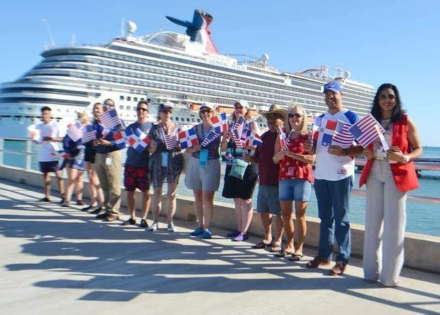 Cruceristas provenientes de Estados Unidos llegaron por el Puerto Amber Cove.