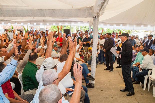 Danilo dispone crédito, donaciones y títulos propiedad su Visita Sorpresa a Loma de Cabrera