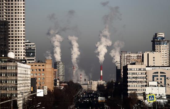 Grandes columnas de humo de las chimeneas de una central térmica en Moscú (Rusia).