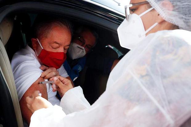 Lula se vacuna y le pide a Bolsonaro que deje de ser ignorante y negacionista