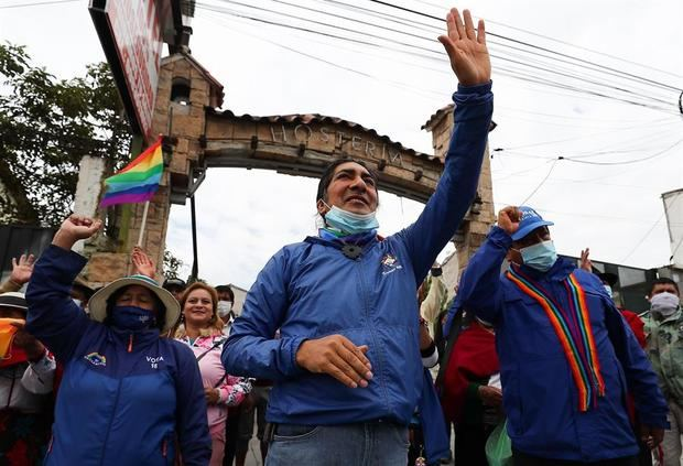 El candidato indígena ecuatoriano Yaku Pérez saluda a simpatizantes durante una movilización que se dirige hacia Quito, en Riobamba, Ecuador.