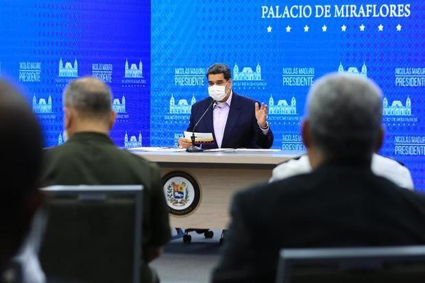 Fotografía cedida por prensa Miraflores que muestra al presidente de Venezuela, Nicolás Maduro, durante una alocución desde el Palacio de Miraflores en Caracas, Venezuela.