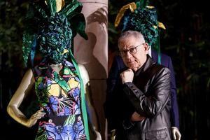 El diseñador de moda español Roberto Verino posa durante la presentación de su colección ''Legado'' en la Residencia de la Embajada de España, en Ciudad de México, México.