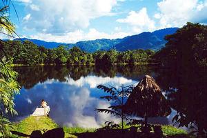 Vista panorámica del Centro Turístico Yacumama de la ciudad de Moyobamba en pleno bosque amazónico en el departamento de San Martín en el Perú.
