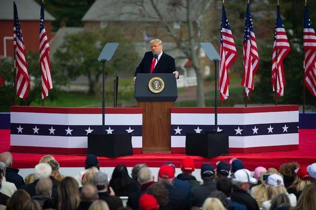 El presidente de Estados Unidos, Donald J. Trump, habla a la multitud en un evento de campaña en Newtown, Pensilvania, EE.UU., el 31 de octubre de 2020.