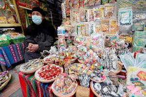 Una mujer aimara 'chiflera' de las calles paceñas Linares y Melchor Jiménez, donde se encuentra el Mercado de las Brujas.