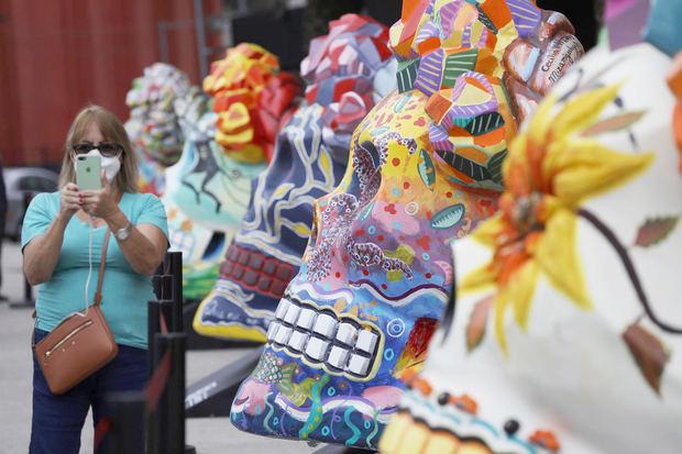 Calaveras gigantes homenajean a Frida Kahlo por el Día de Muertos en México