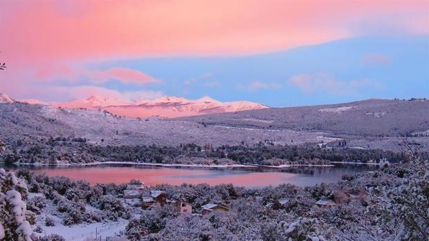 Fotografía sin fecha cedida por la Cámara de Turismo de Villa Pehuenia de un atardecer de invierno en la provincia de Neuquén (Argentina).