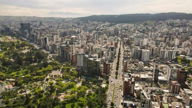 Fotografía del 16 de junio de 2021, tomada desde un dron, que muestra la zona norte de la ciudad de Quito, Ecuador.