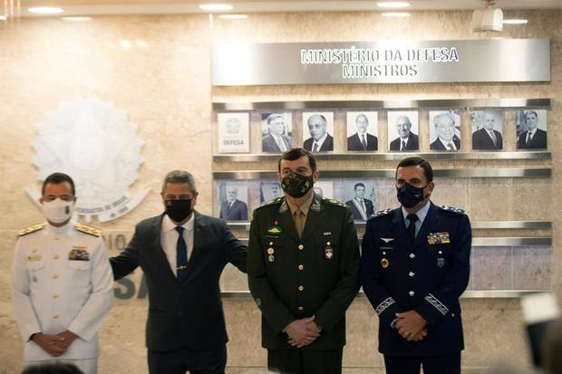 El nuevo ministro de Defensa de Brasil, el general Braga Netto (2-i), fue registrado este miércoles al presentar a los nuevos comandantes de las Fuerzas Armadas: de la Armada, el almirante Almir Garnier; del Ejército, el general Paulo Sérgio (2-d) y de la Fuerza Aérea, el teniente-general Carlos Baptista Júnior, en Brasilia, Brasil.