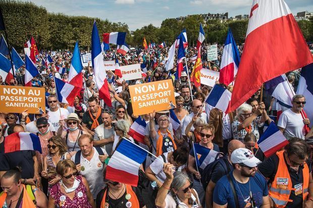 Miles de contrarios al pase sanitario vuelven a salir a las calles de Francia