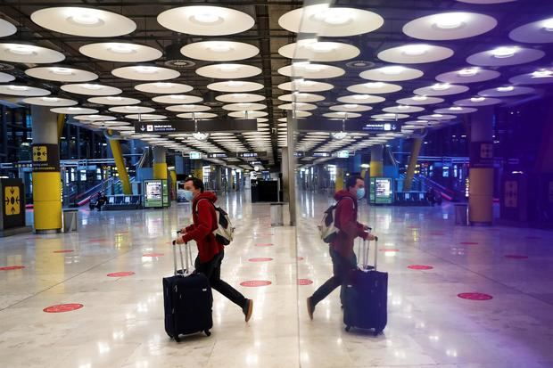 Un pasajero cruza una de las salas del Aeropuerto Adolfo Suárez Madrid-Barajas.