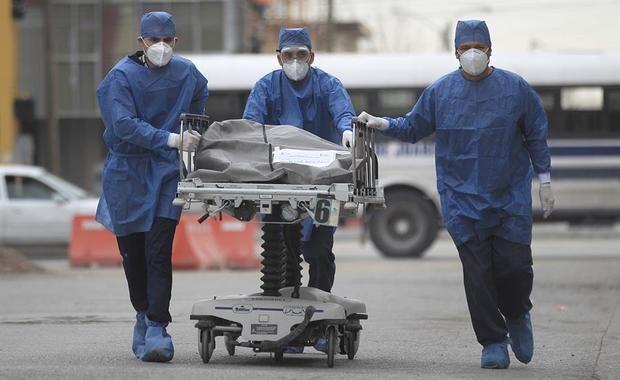 Empleados de la salud conducen este martes una camilla con el cuerpo de una persona fallecida por la Covid-19, al centro forense del Hospital General en la fronteriza Ciudad Juárez, en el estado de Chihuahua, México.