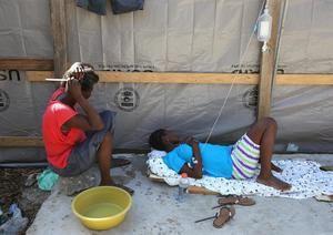 El cólera fue introducido en la nación en octubre de 2010 por las tropas nepalesas que formaban parte de la Misión de Estabilización de las Naciones Unidas en Haití (Minustah), causando al menos 10.000 muertes en el país.