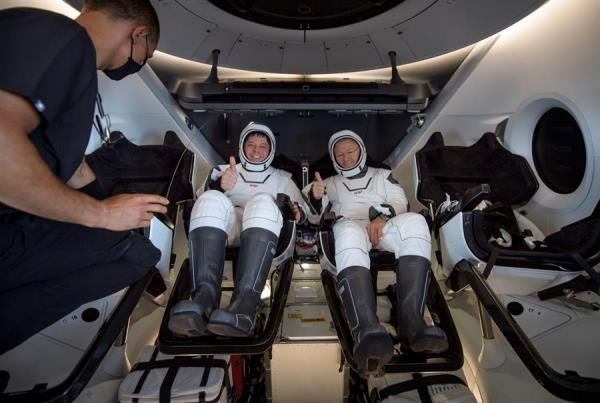 La nave tripulada Dragon Endeavour regresa a la tierra desde la Estación Espacial