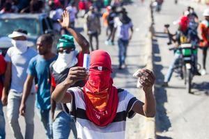 Varias personas protestan para forzar la renuncia del presidente de Haití, Jovenel Moise, hoy, en Puerto Príncipe, Haití.