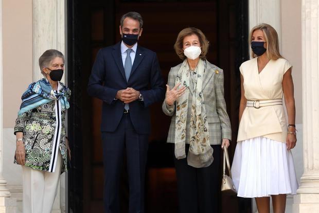 La reina Sofía se reúne con el primer ministro y la presidenta de Grecia