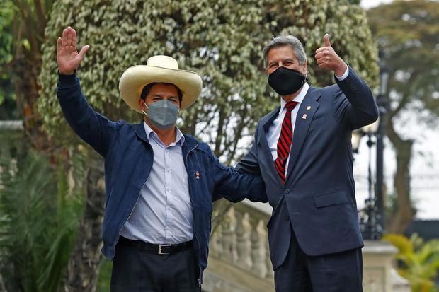 Fotografía cedida por la presidencia de Perú del presidente electo de Perú, el izquierdista Pedro Castillo (i), es recibido por el presidente Francisco Sagasti, hoy en el Palacio de Gobierno en Lima, Perú.