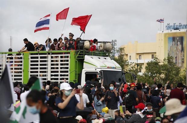Una multitudinaria protesta reta al Gobierno y a la monarquía en Tailandia