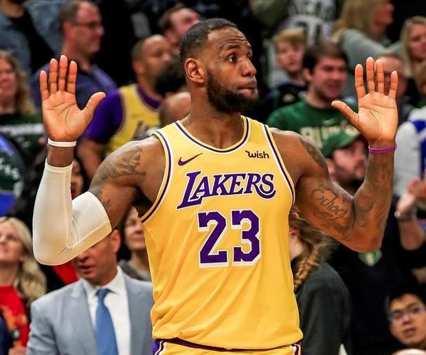 La superestrella de los Lakers, el alero LeBron James (en la imagen), reanudó la preparación física este lunes, con la ayuda del entrenador de atletismo Mike Mancias en su casa localizada en Los Angeles.