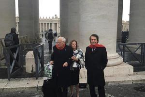 El cantante Raphael, acompañado por su esposa, Natalia Figueroa (c), y por el padre Ángel (i), posa para el fotógrafo tras encontrarse con el papa en una audiencia antes de acudir a la inauguración de un nuevo proyecto solidario de Mensajeros de la Paz, este lunes en Roma (Italia).