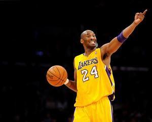 Los Angeles Lakers Kobe Bryant grita instrucciones contra los Houston Rockets en la segunda mitad del juego en su partido de baloncesto de la NBA en Los Ángeles, California, Estados Unidos, 3 de enero de 2012.