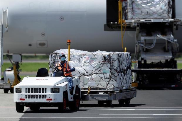 EE.UU. envía las primeras dosis de los 500 millones prometidos a otros países