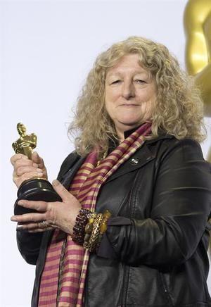 La diseñadora Jenny Beavan posa con su Óscar a Mejor Diseño de Vestuario por la película ''Mad Max Fury Road'' en la edición 88 de los Premios Óscar.