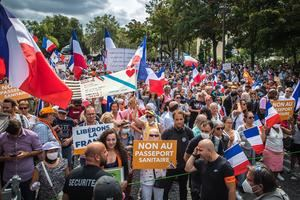 Decenas de miles de manifestantes en Francia contra el certificado sanitario.
