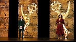 Fotografía cedida hoy, por los Premios Emmy Internacional donde aparecen los actores británicos Tom Payne y Indira Varma mientras participan en la ceremonia de entrega de los premios de la 48 edición.